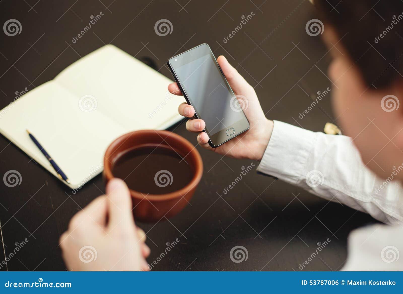 Mężczyzna używa smartphone, zakończenie