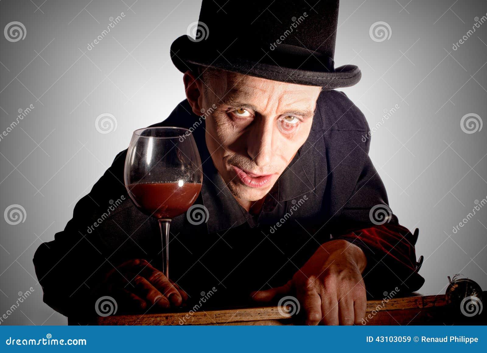 Mężczyzna ubierał up jako Dracula dla Halloween