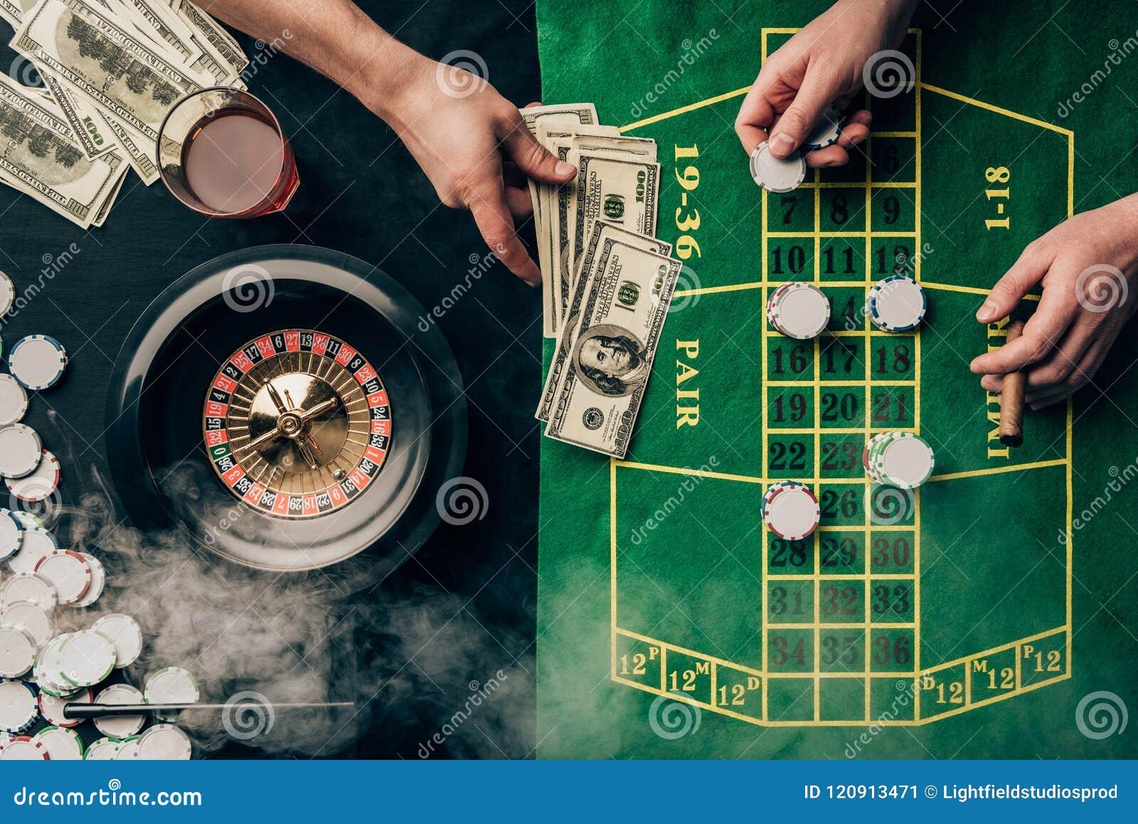 Mężczyzna umieszcza zakład na kasyno stole