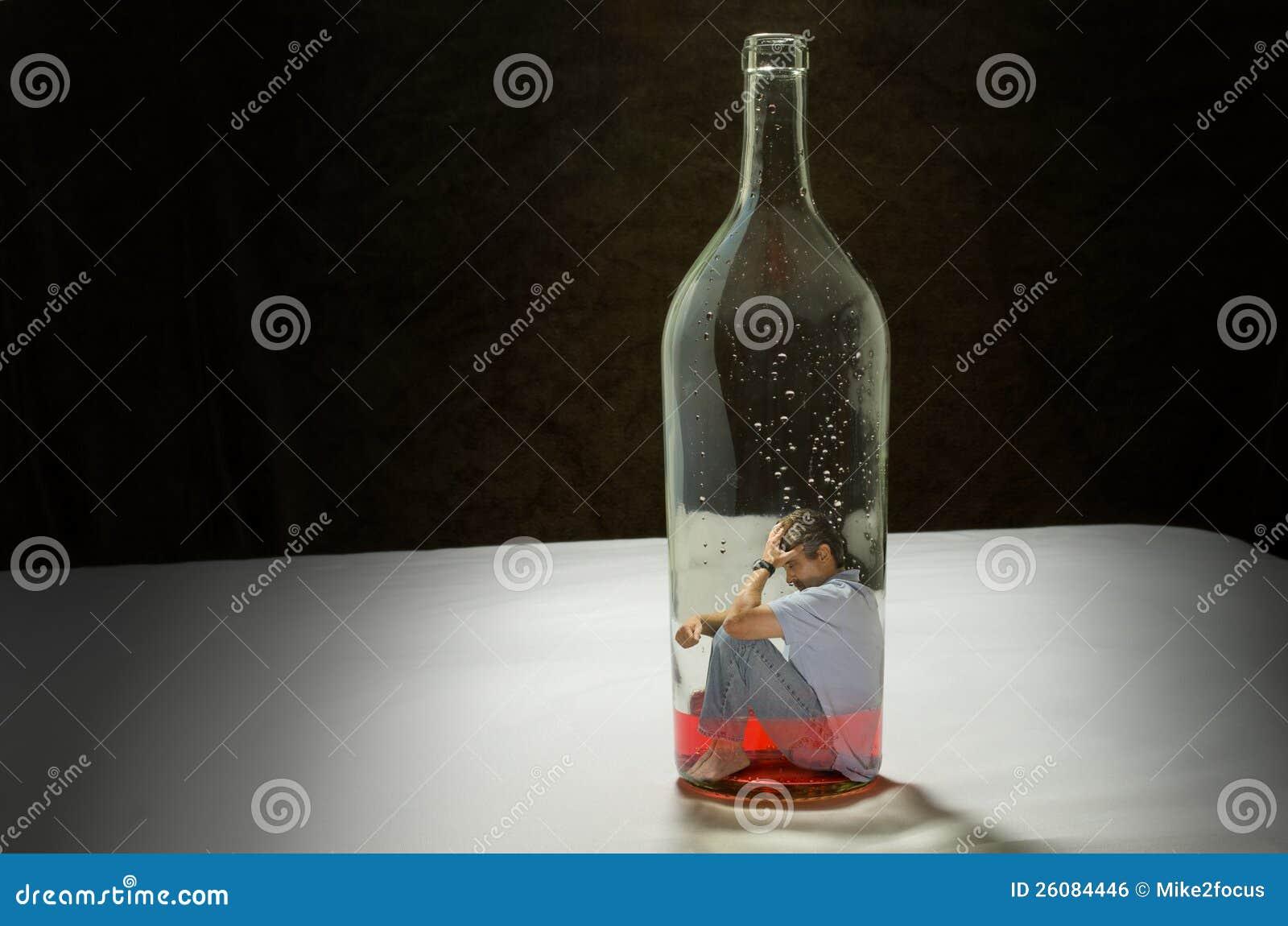 Mężczyzna uzależniający się alkohol łapać w pułapkę alkoholizmem