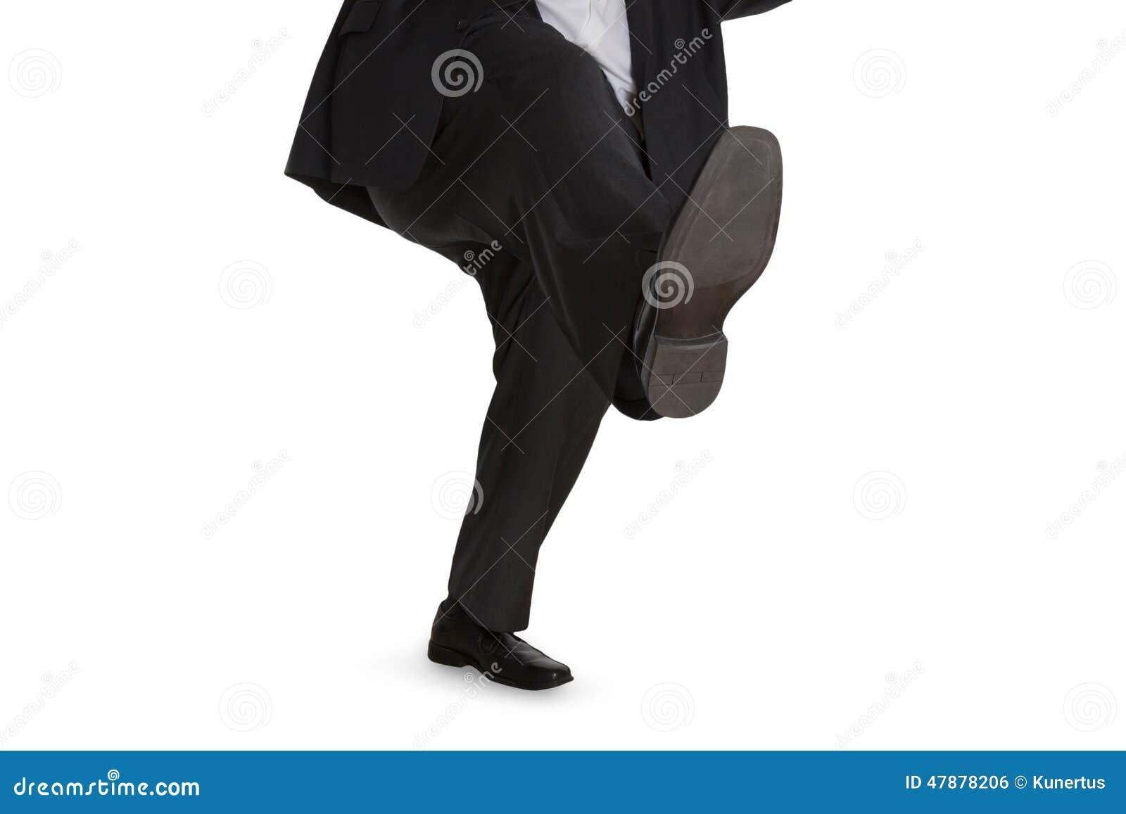 Mężczyzna wśliznie na mokrej podłoga w kostiumu