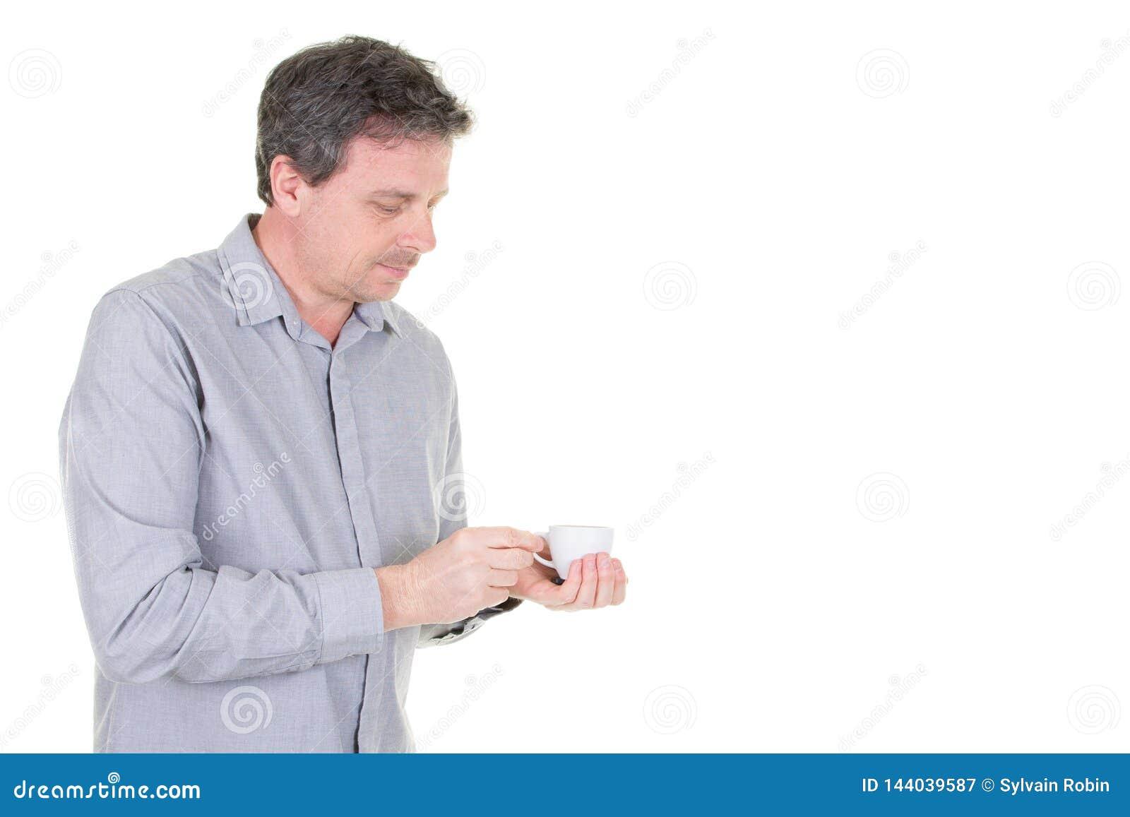 Mężczyzna w błękitnej koszula pokazuje czystą białą filiżankę dla twój projekta Pusty Odosobnionego na białym tle