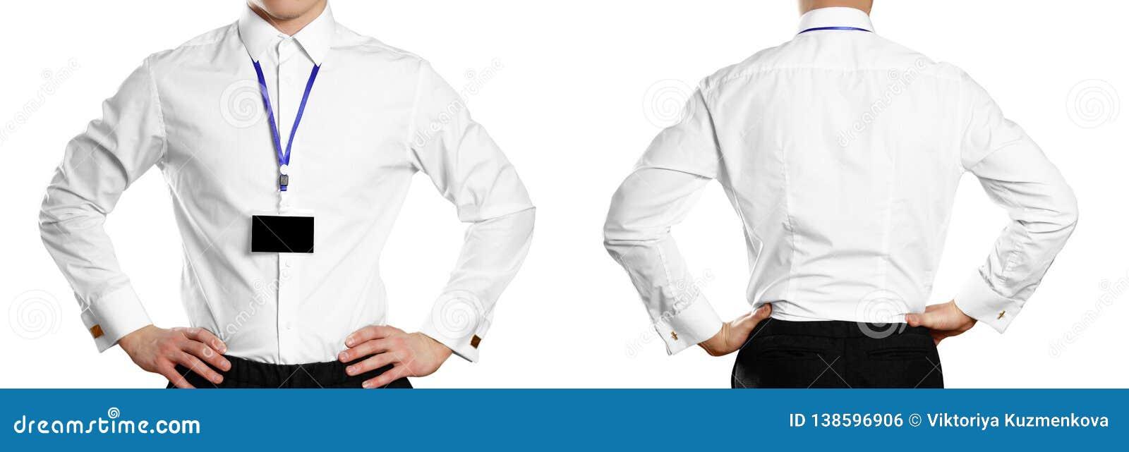 Mężczyzna w białej koszula z odznaką w przód z bliska pojedynczy białe tło