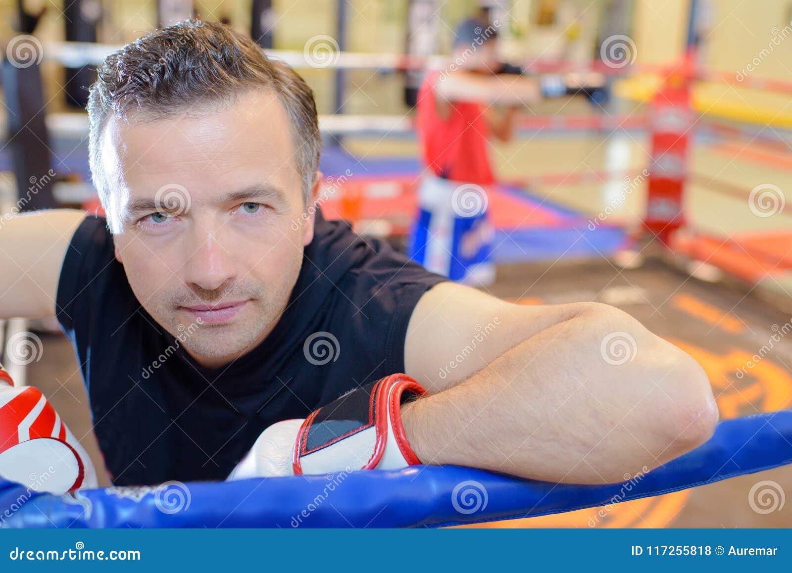Mężczyzna w bokserskich rękawiczkach