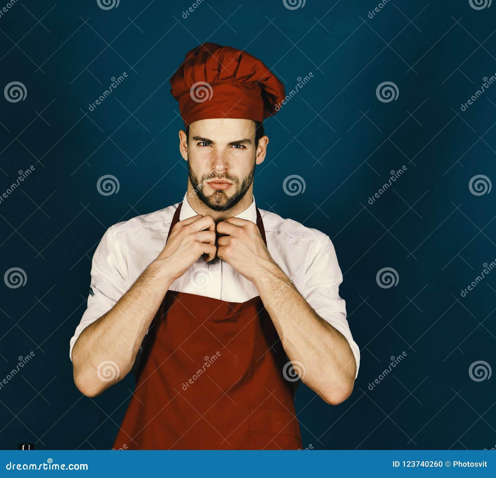 Mężczyzna w Burgundy kucharza fartuchu i kapeluszu Cook pracy w kuchni Kuchnia i profesjonalisty kulinarny pojęcie
