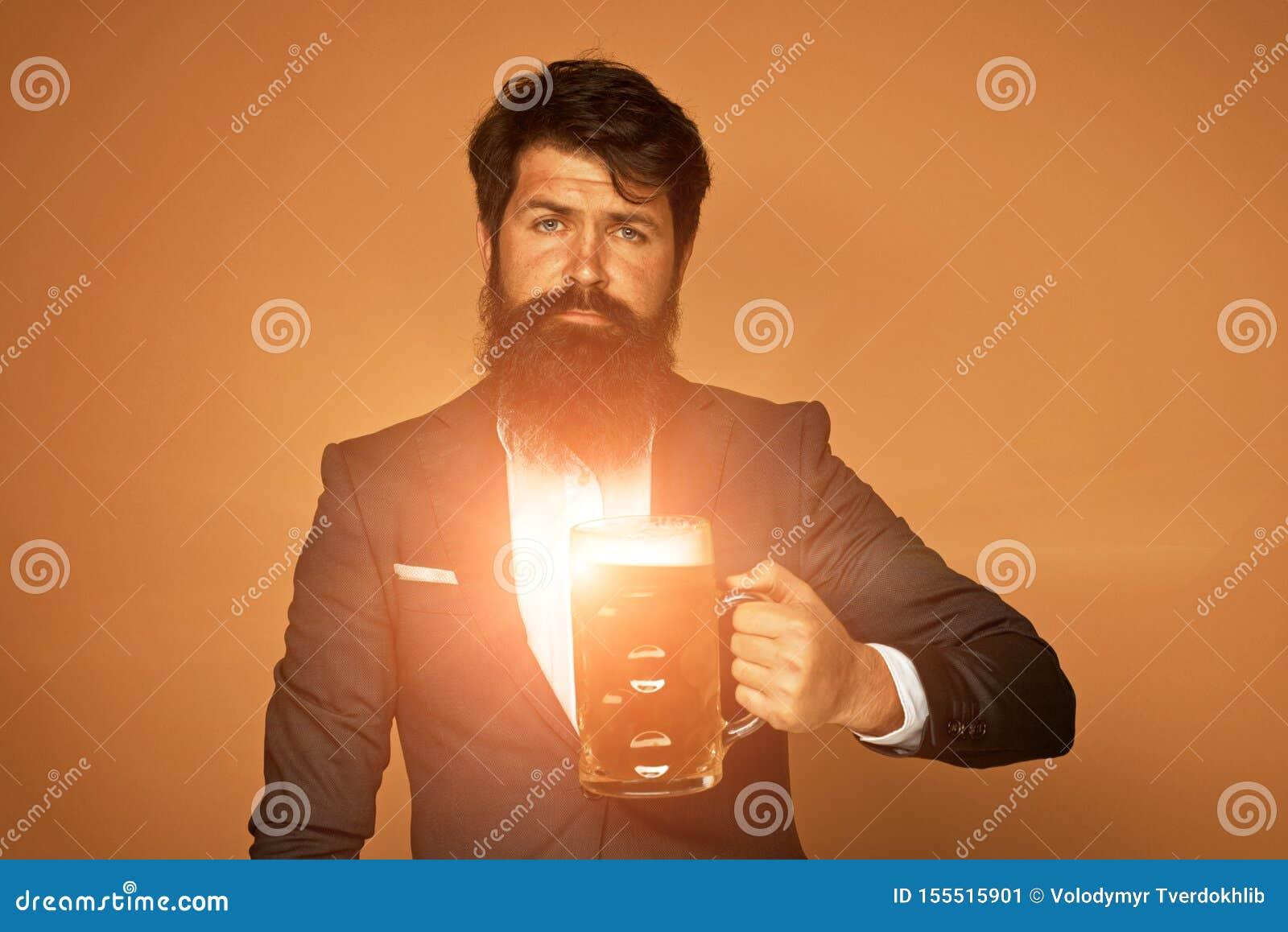 Mężczyzna w czarnym kostiumu z szkłem piwo Szcz??liwy elegancki m??czyzna pije piwo Piwni puby i bary Brodaty m??czyzna pije lage