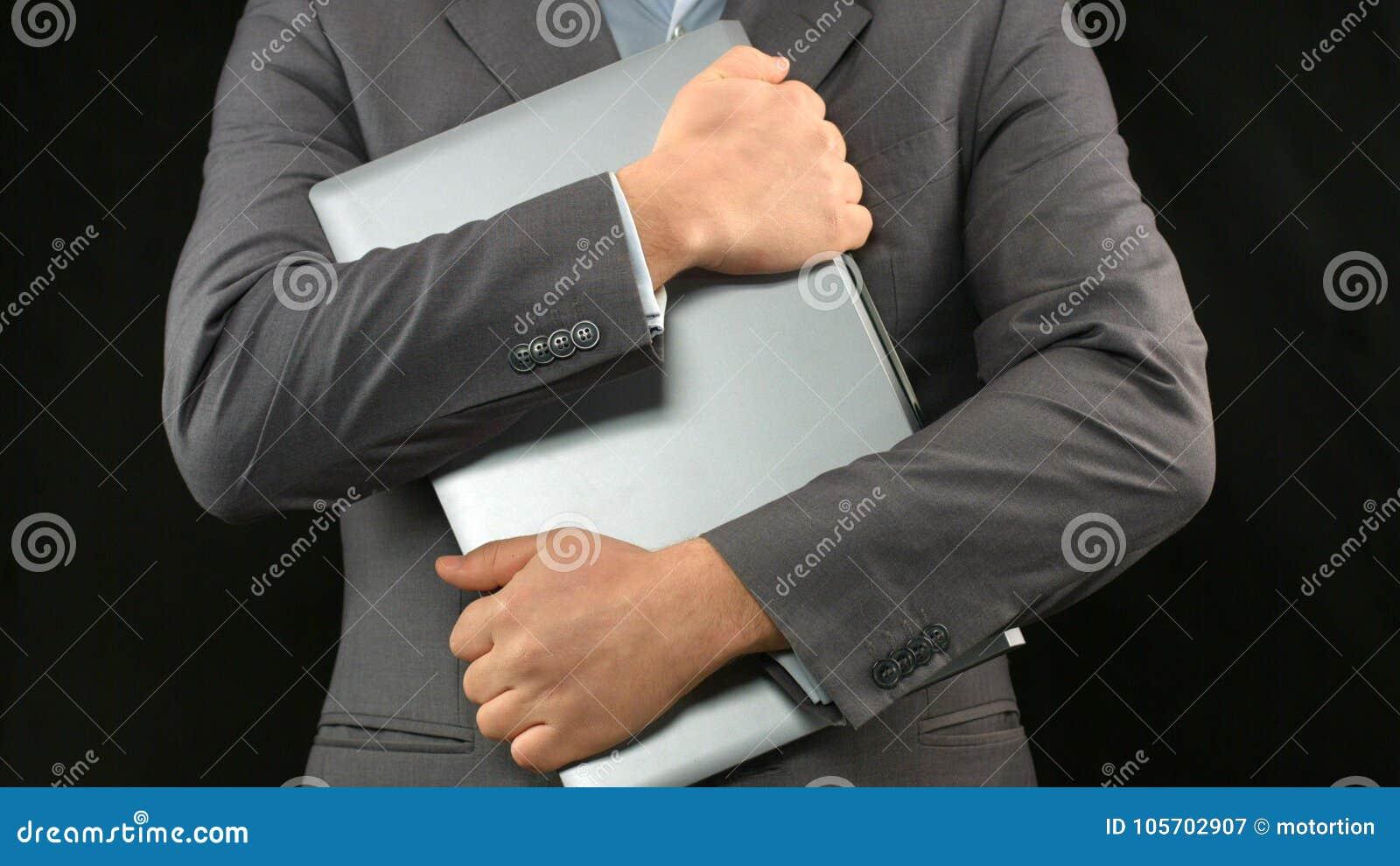Mężczyzna w garnituru mienia laptopie ciasnym, osobista dane ochrona