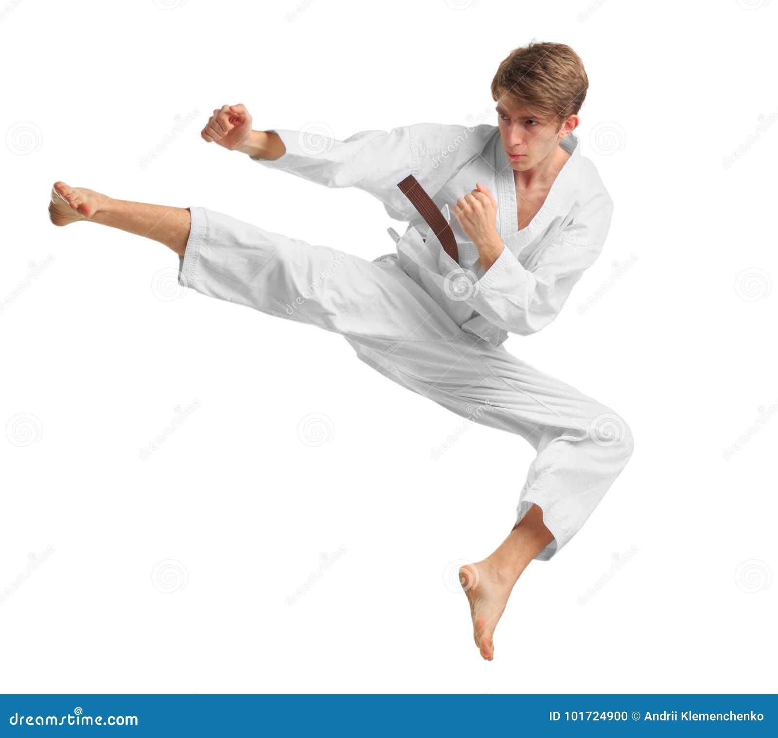Mężczyzna w karate pozyci pojedynczy białe tło