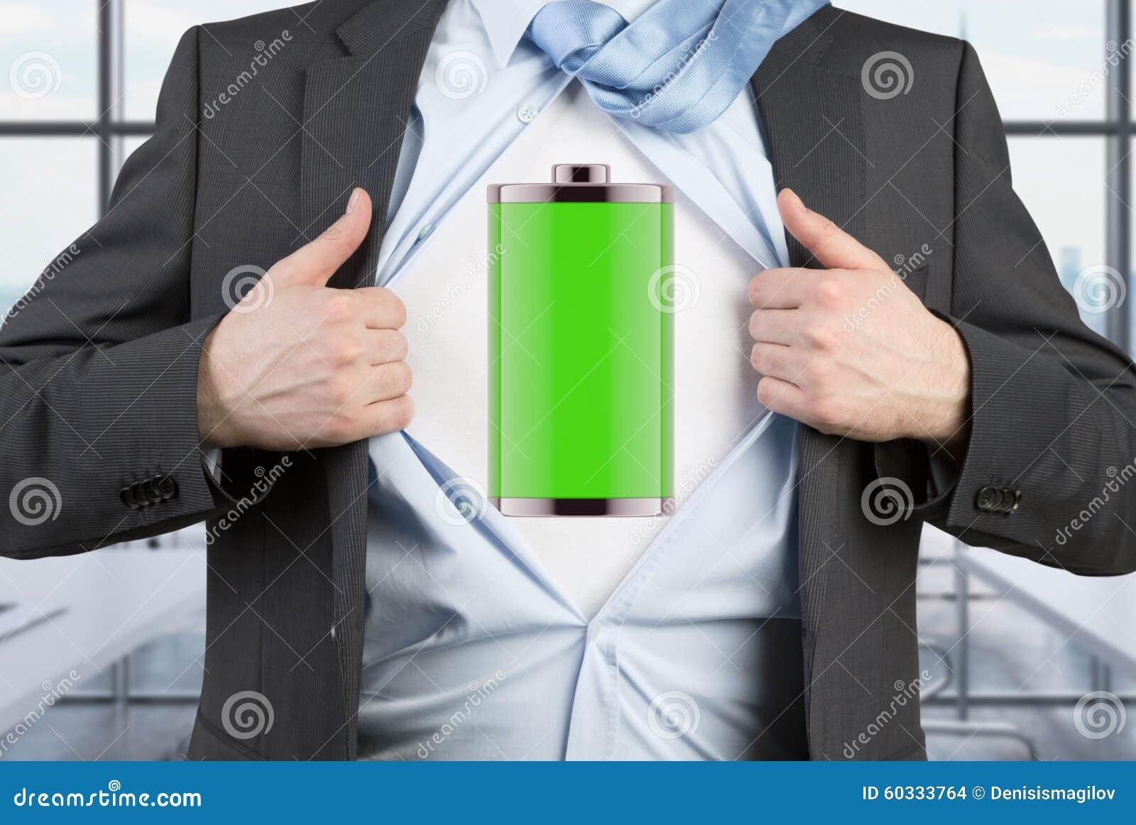 Mężczyzna w kostiumu drzeje błękitną koszula Pełna ładować bateria na klatce piersiowej