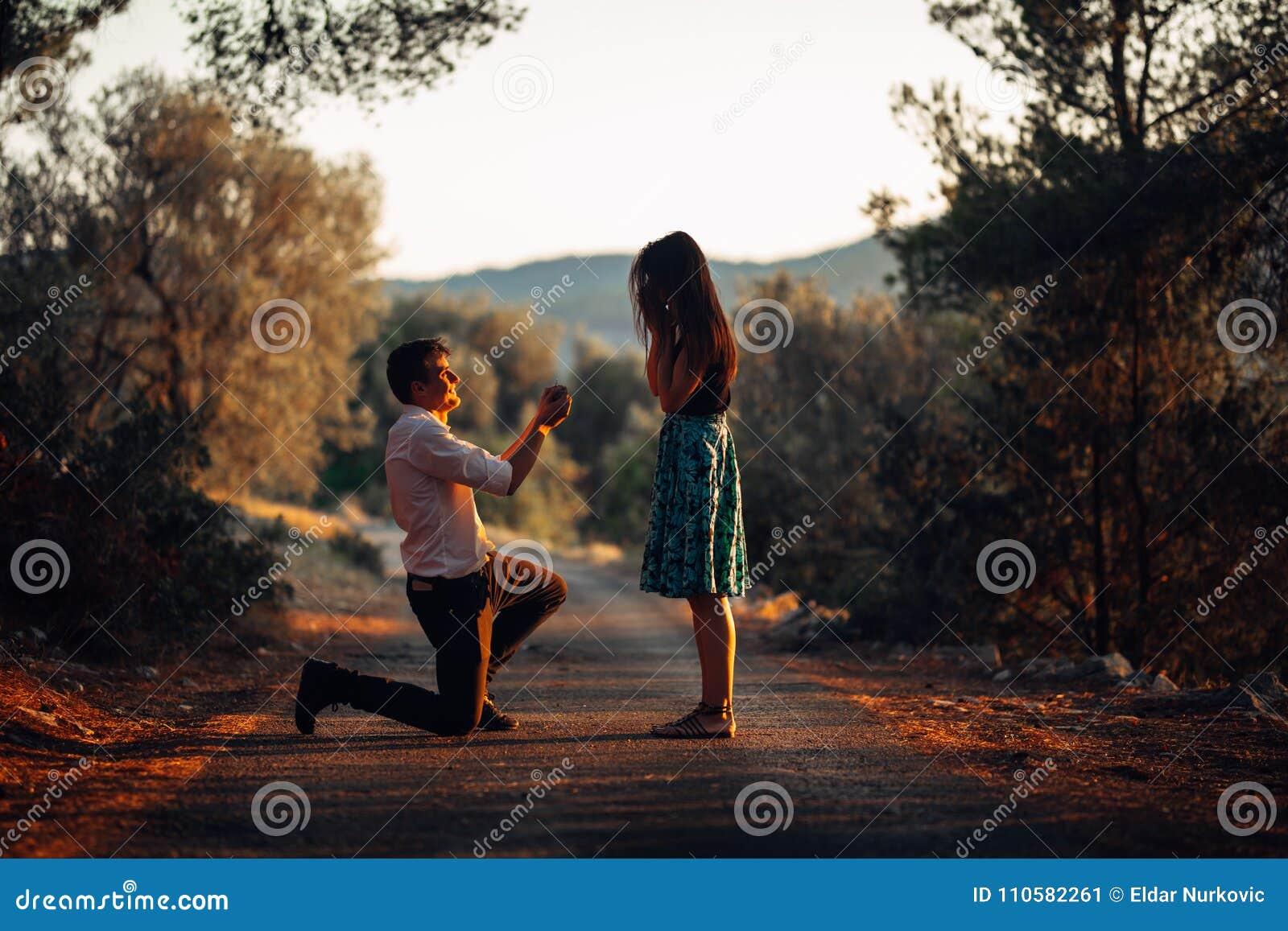 Mężczyzna w miłości proponuje zdziwionej, szokującej kobiety, poślubiać on Propozycja, zobowiązanie i ślubny pojęcie, zaręczyny B