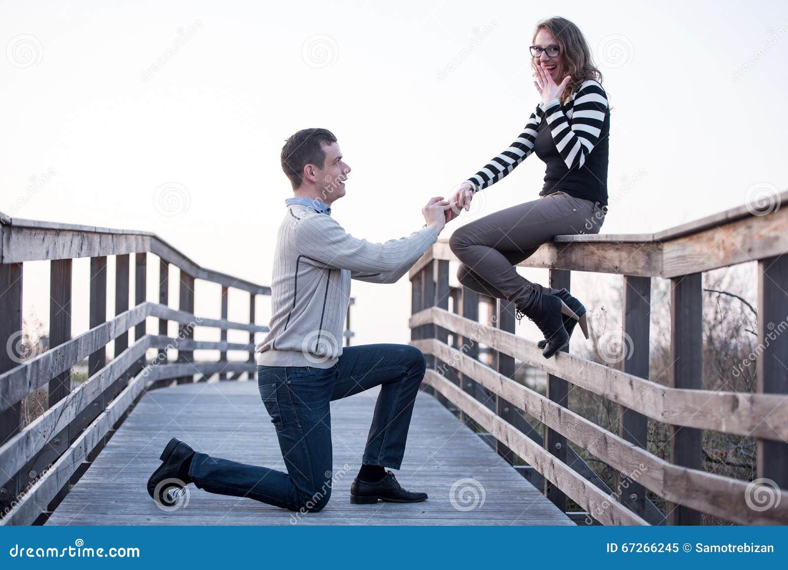 Mężczyzna w miłości robić proponuje zdziwiona dziewczyna, zobowiązanie
