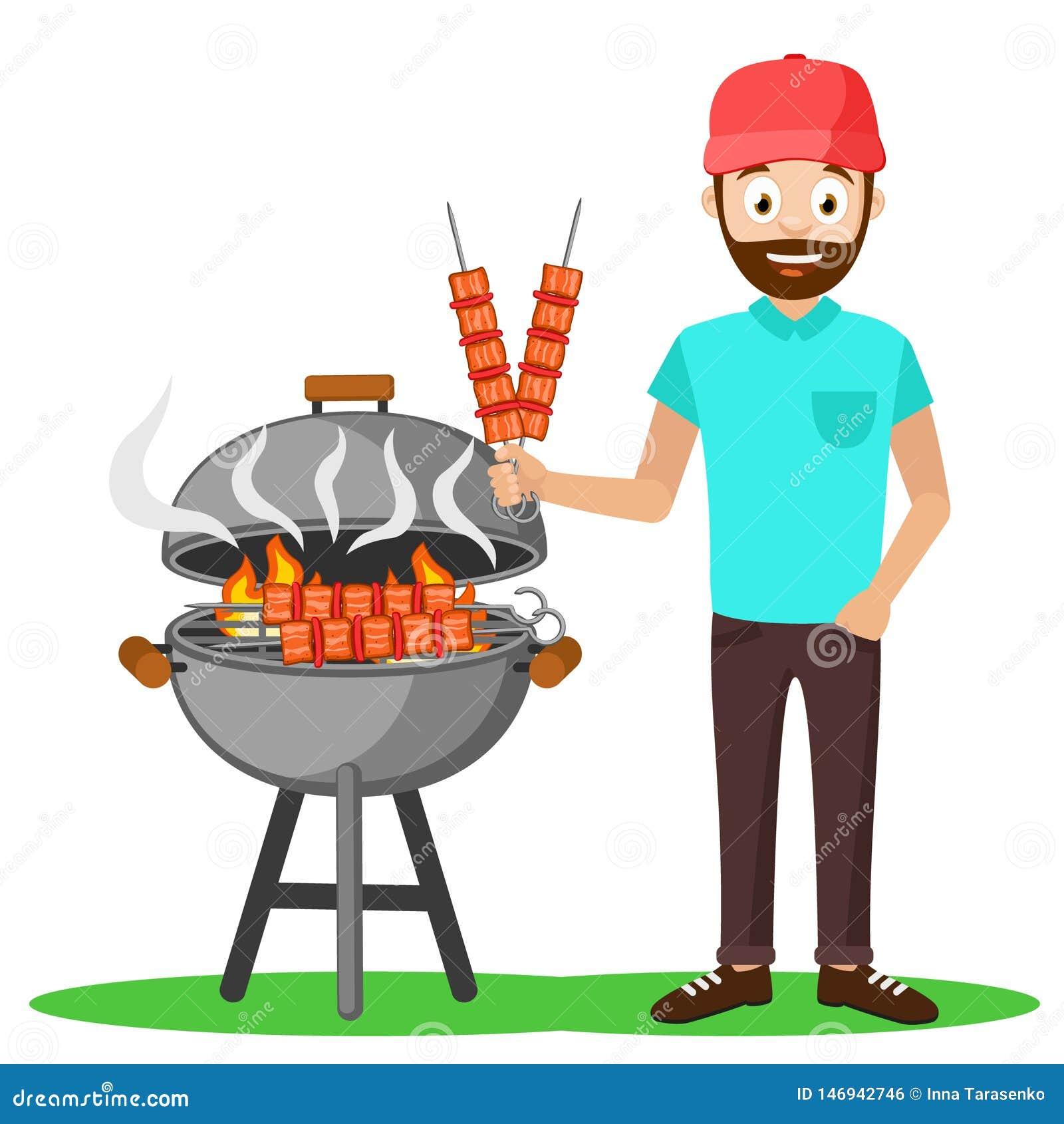 Mężczyzna w nakrętce smaży mięsnych kebabs grill