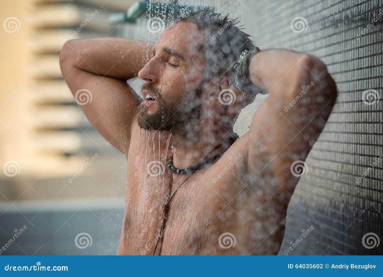 Mężczyzna w prysznic
