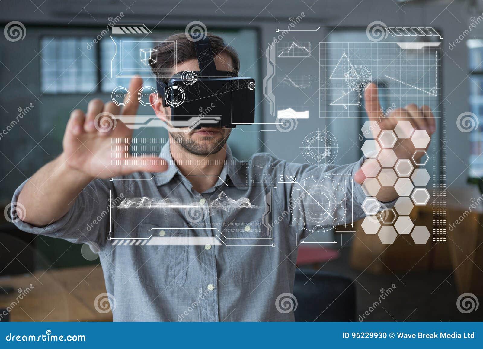 Mężczyzna w VR słuchawki wzruszających interfejsach