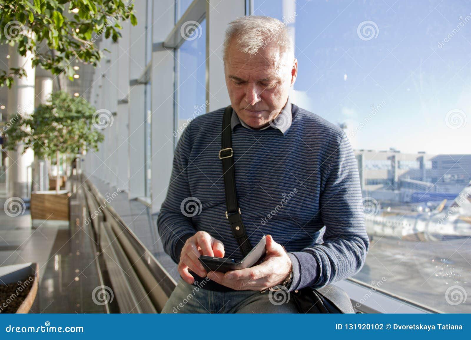 Mężczyzna wiek emerytalny przy lotniskiem