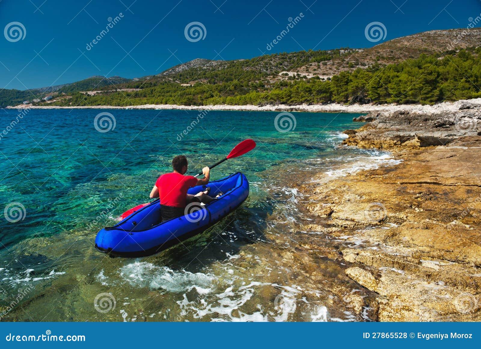 Mężczyzna wioślarstwo w kajaku przy Adriatyckim morzem
