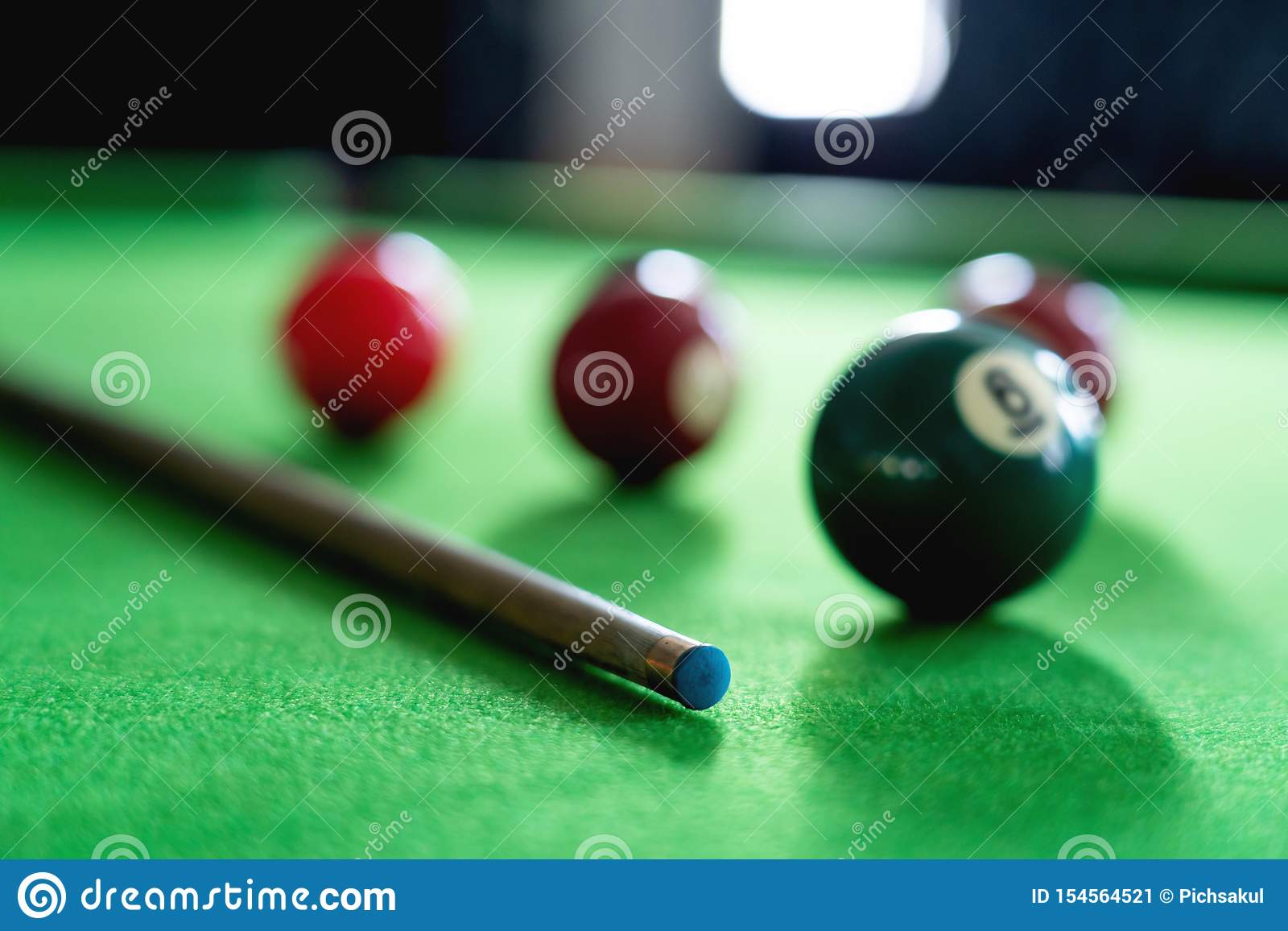 Mężczyzna wskazówka i ręka zbroimy bawić się snooker grę lub przygotowywać celować strzelać basen piłki na zielonym bilardowym st