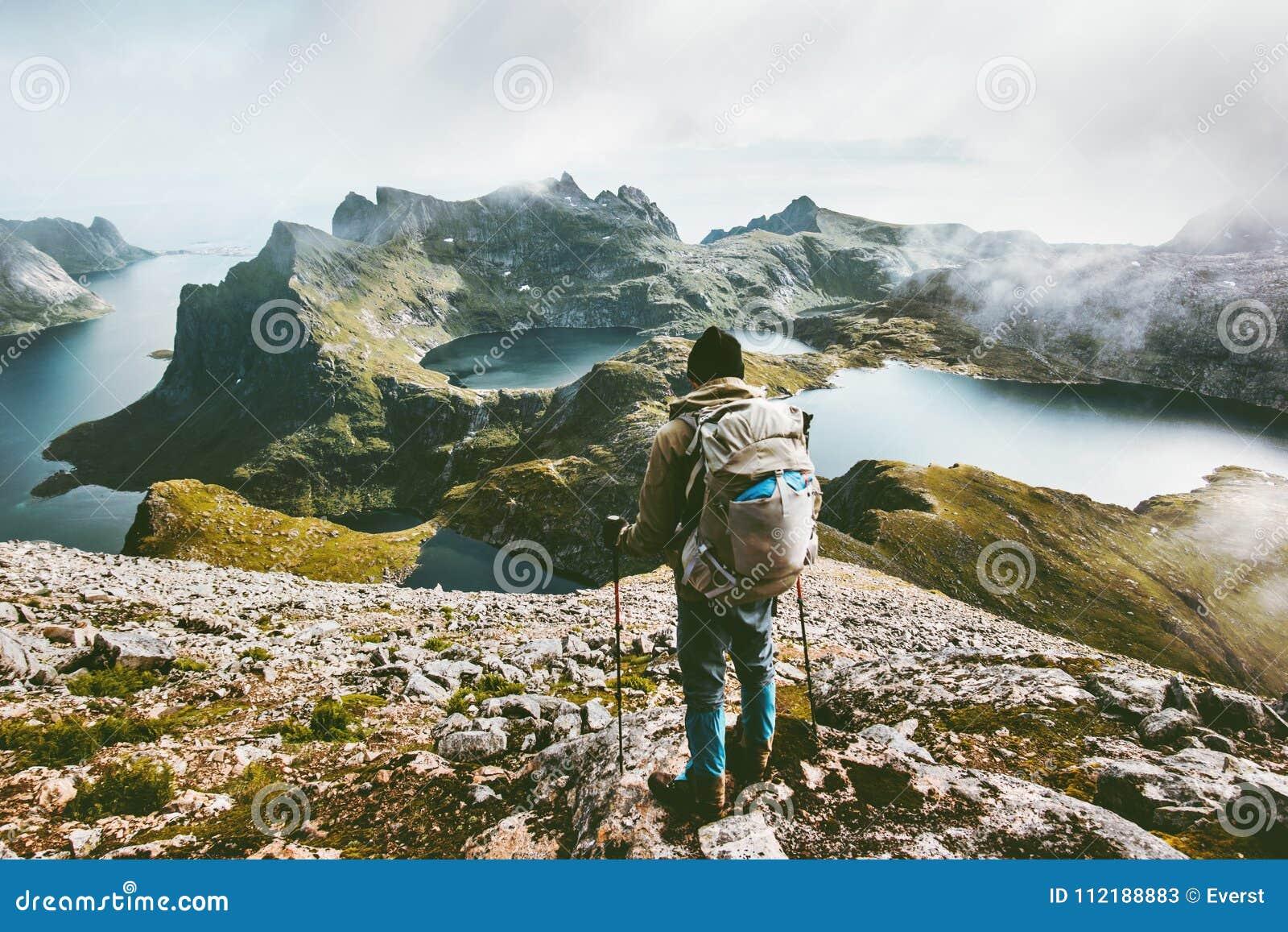 Mężczyzna wycieczkuje w górach cieszy się Norwegia krajobraz
