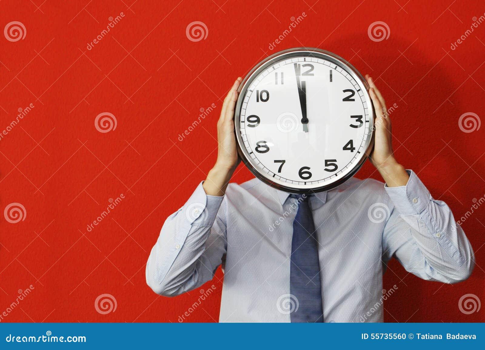 Mężczyzna z ściennym zegarem