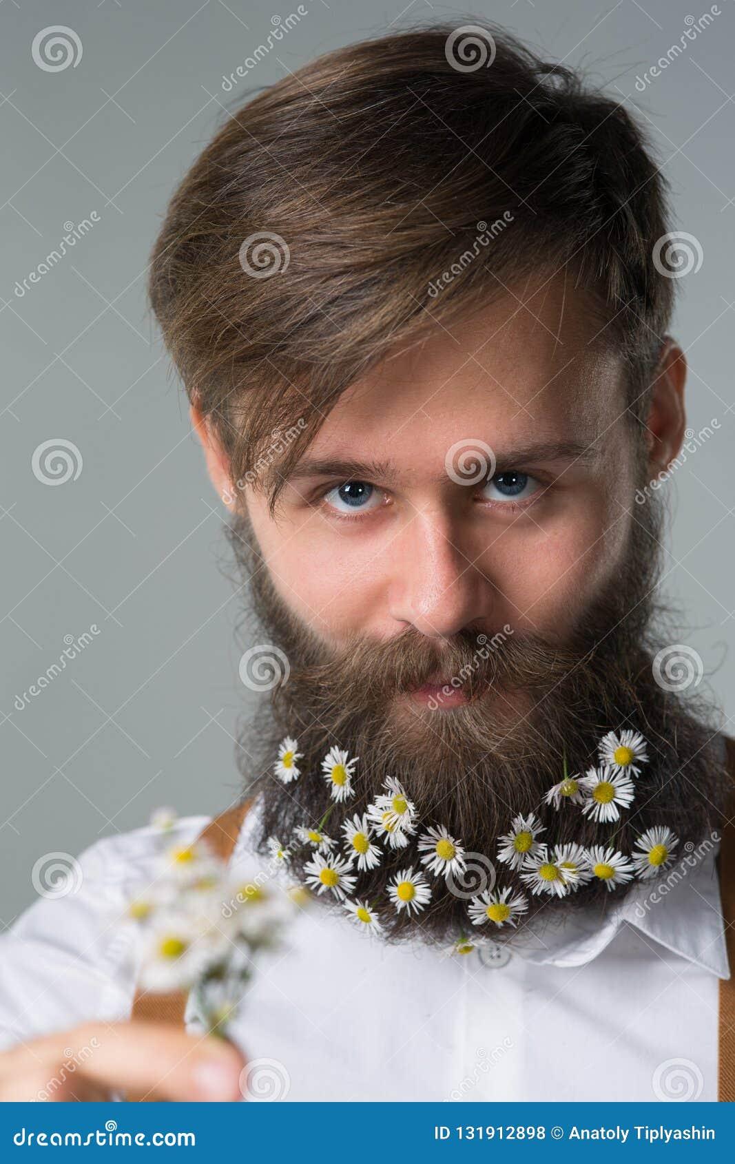 Mężczyzna z brodą w białych suspenders i koszula