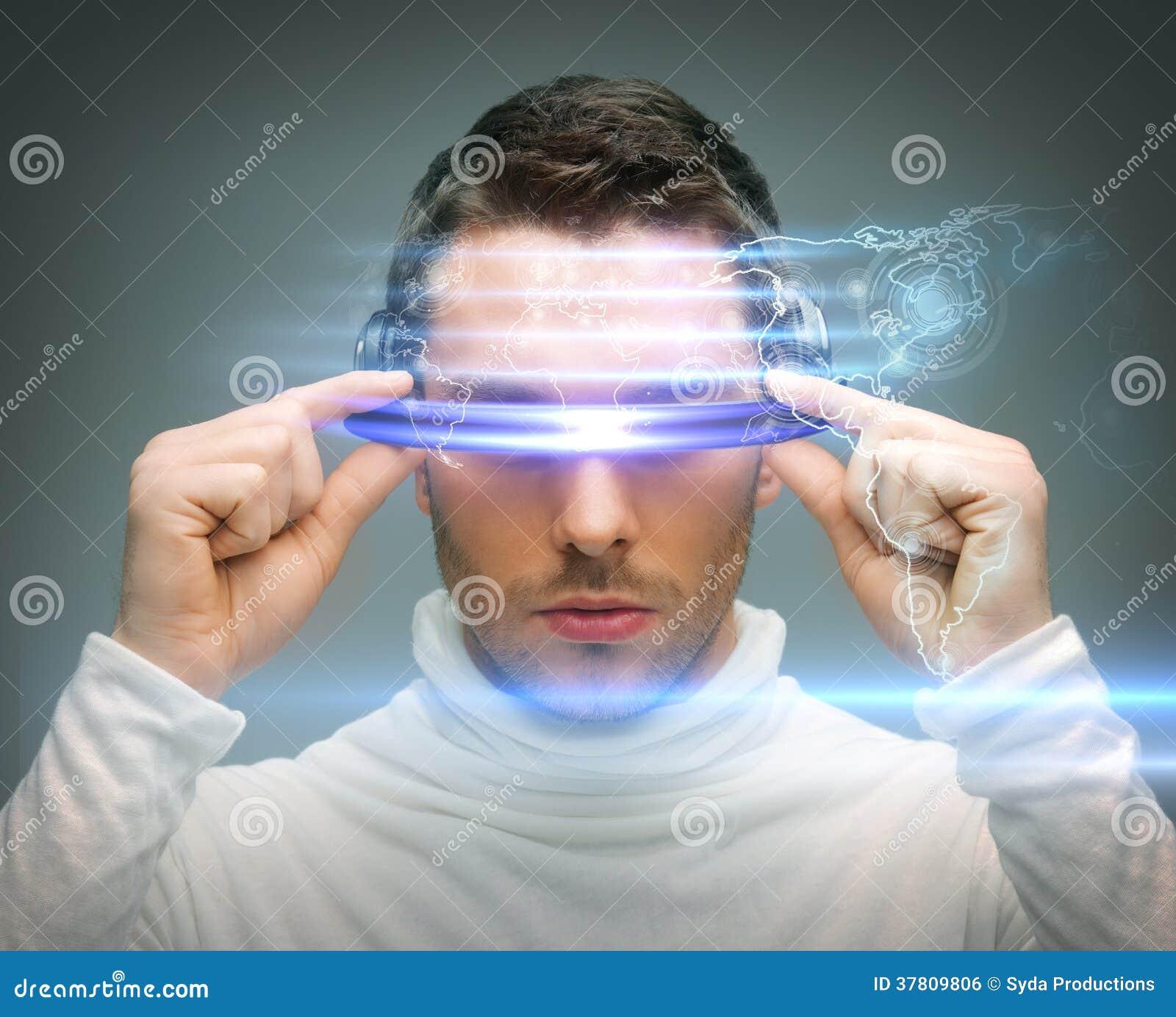 Mężczyzna z cyfrowymi szkłami