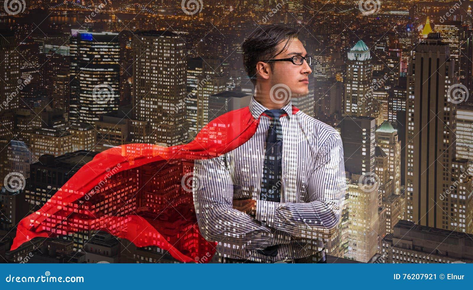 Mężczyzna z czerwieni pokrywą w super bohatera pojęciu