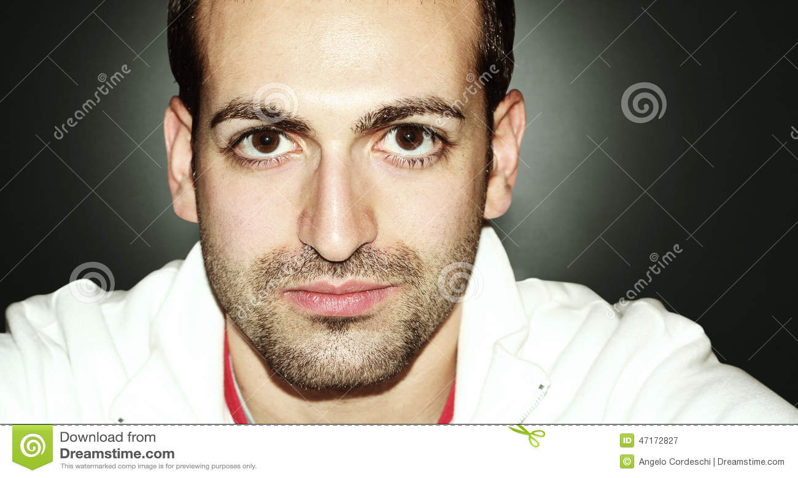 Mężczyzna z dużą brodą i oczami Horyzontalny portret Na grandient tle