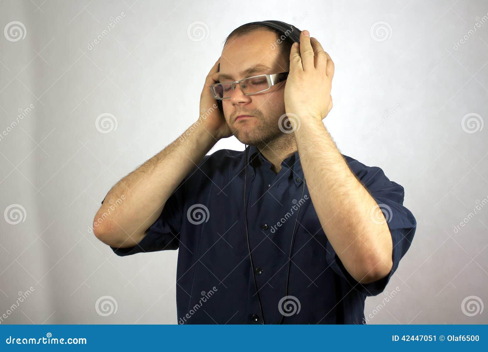 Mężczyzna z hełmofonami