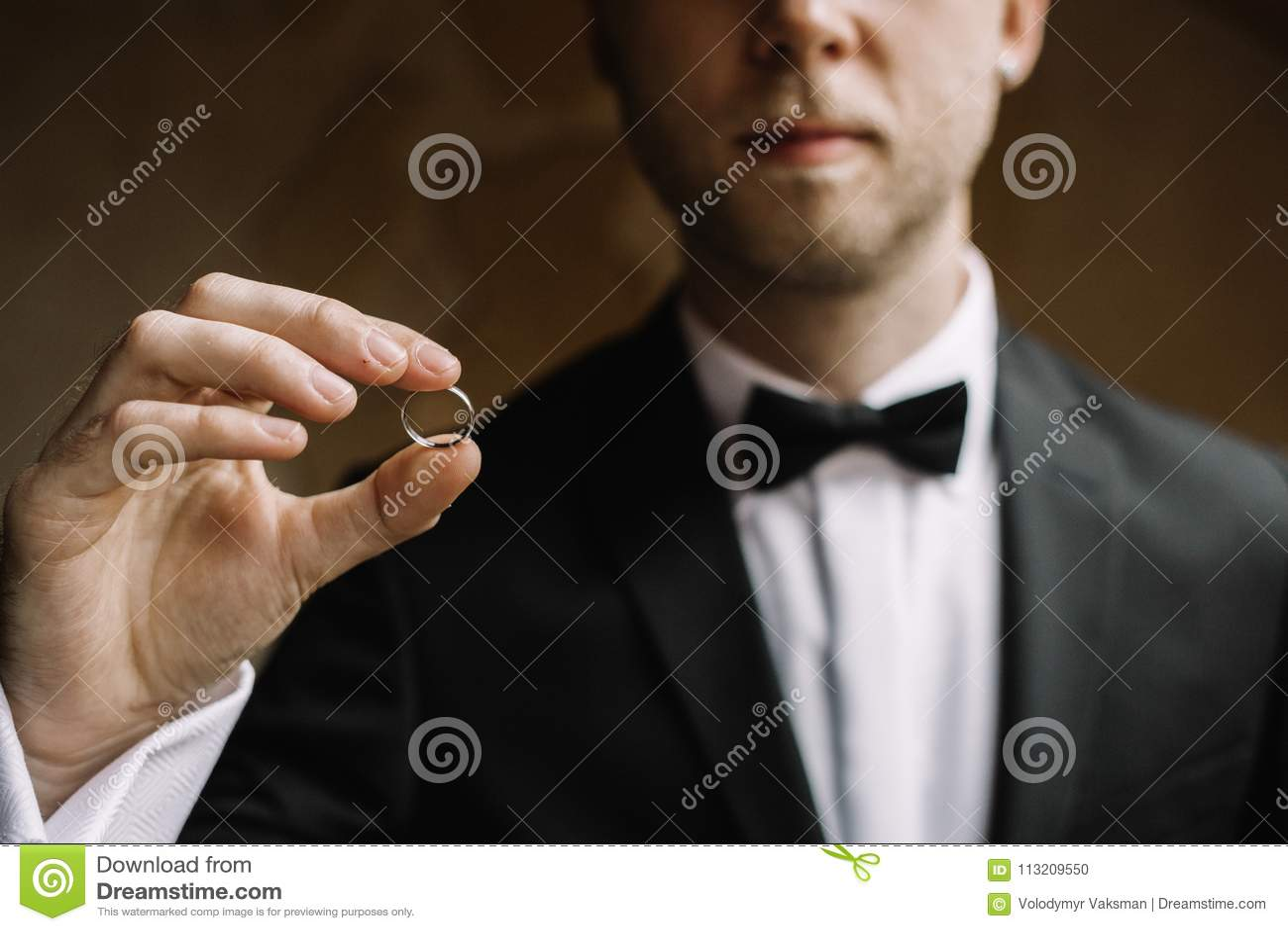 Mężczyzna z obrączką ślubną