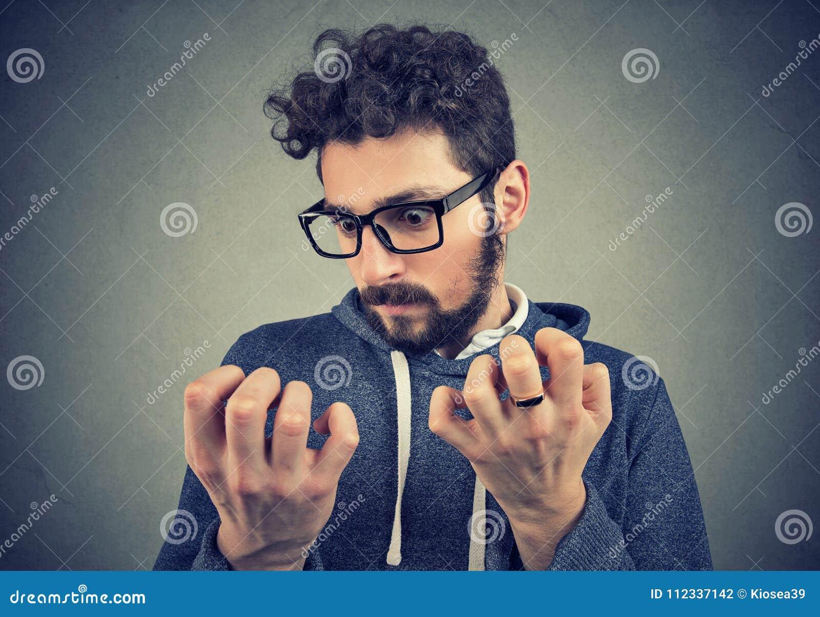 Mężczyzna z obsesyjnie kompulsywnego nieładu rekonesansową czystością ręki