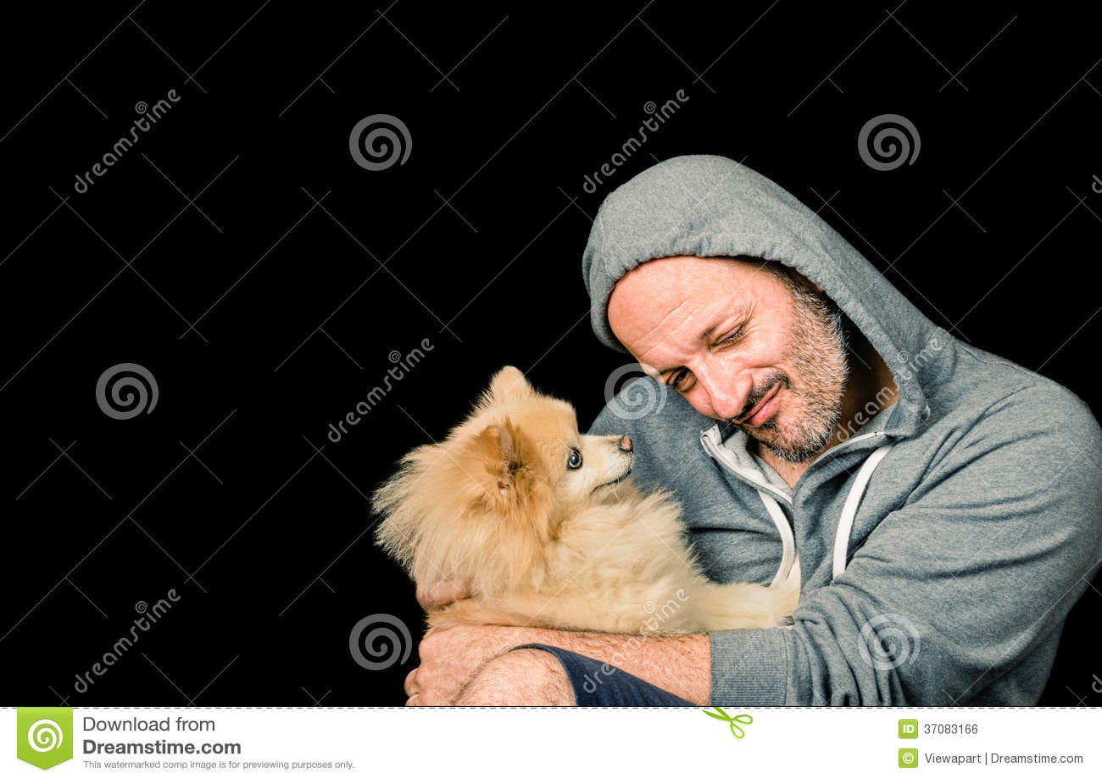 Download Mężczyzna Z Psem Nad Czarnym Tłem Zdjęcie Stock - Obraz złożonej z piękny, szczęście: 37083166