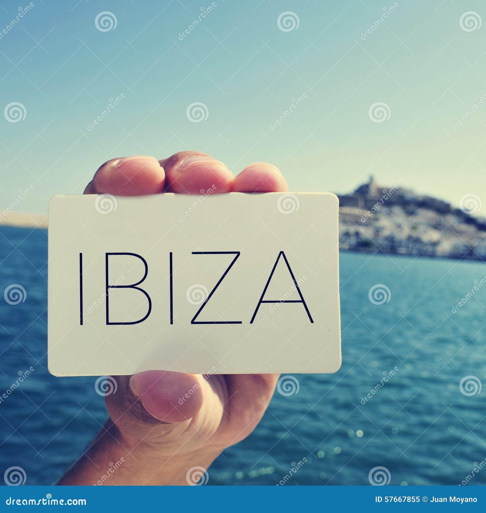 Mężczyzna z signboard z słowem Ibiza w Ibiza miasteczku, Hiszpania;