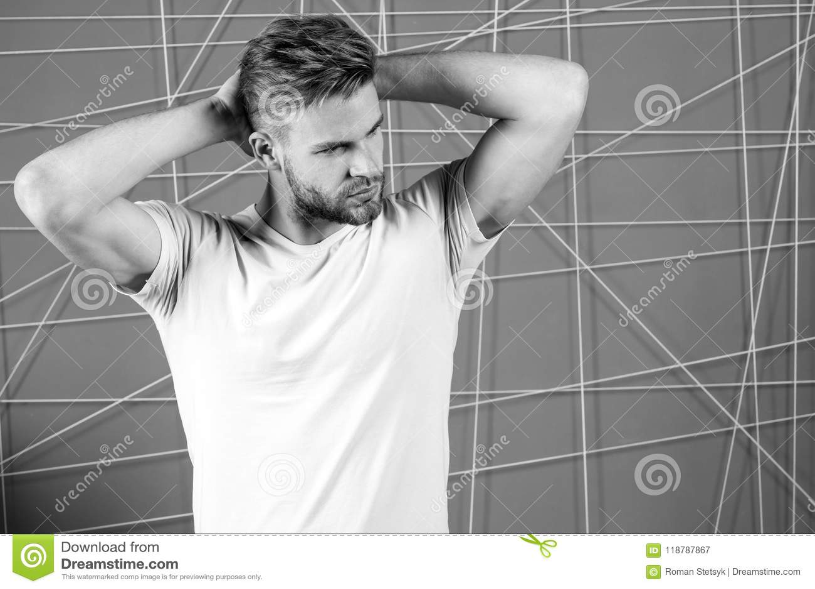 Mężczyzna z szczecina surową twarzą cieszy się świeżość włosy, różowy tło Faceta brodaty atrakcyjny z fryzurą 308 mosiężnych łado