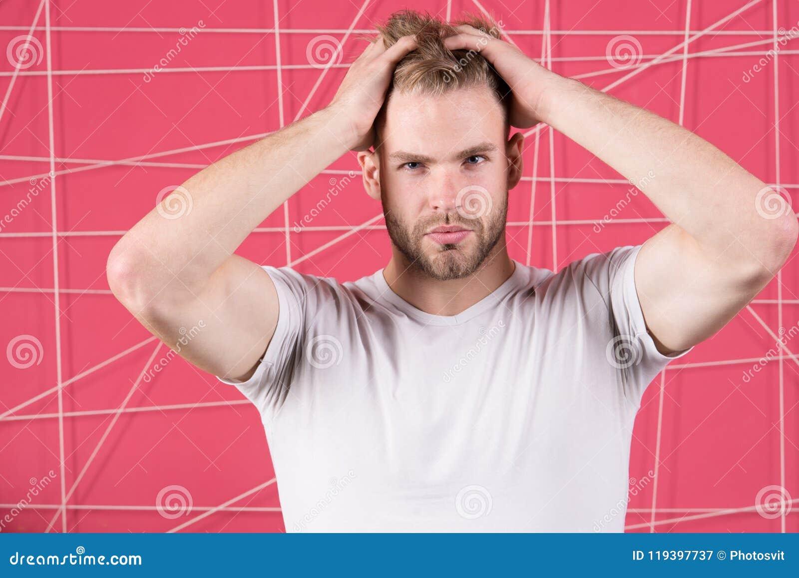 Mężczyzna z szczecina surową twarzą cieszy się świeżość włosy, różowy tło Haircare pojęcie Mężczyzna z brodą lub nieogolony facet