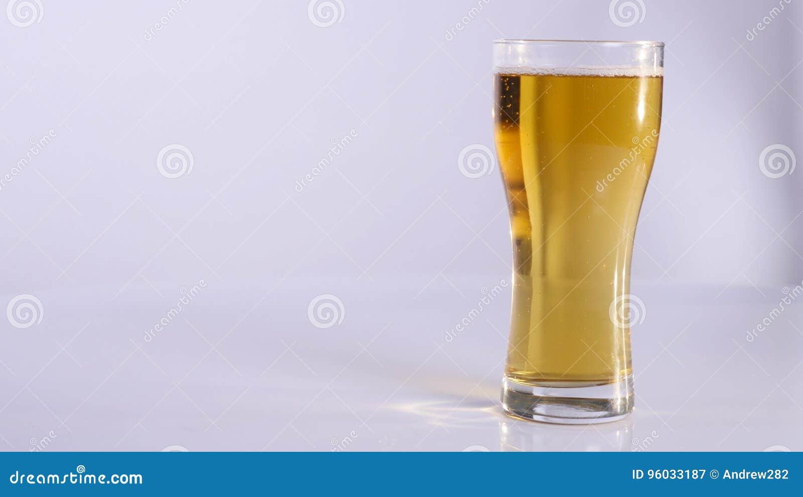 Mężczyzna z szkłem piwo Biały tło z bliska