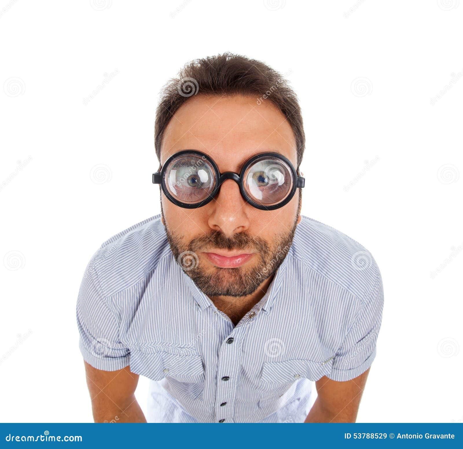 Mężczyzna z zdziwionym wyrażeniem gęstymi szkłami i