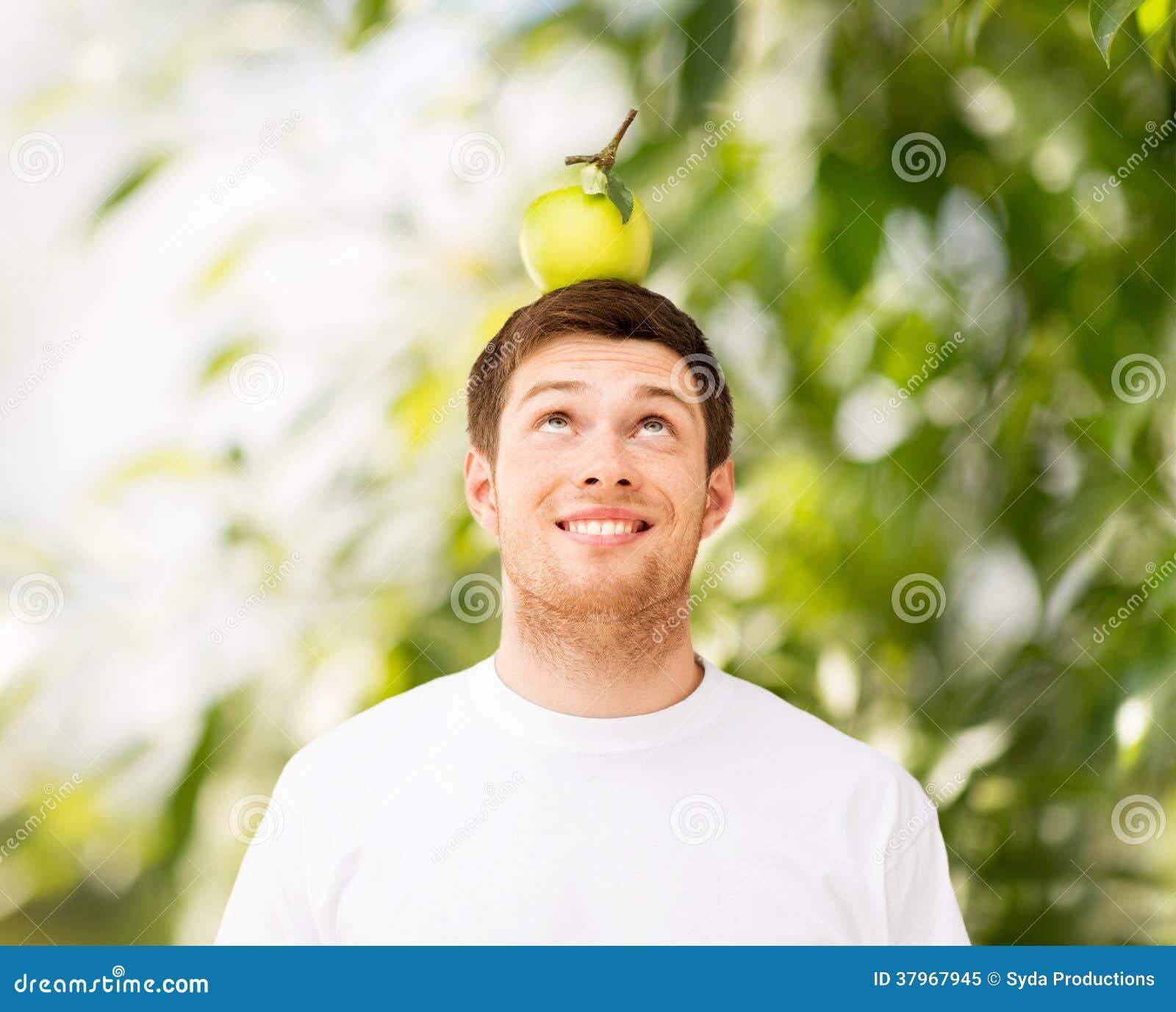 Mężczyzna z zielonym jabłkiem na jego głowie