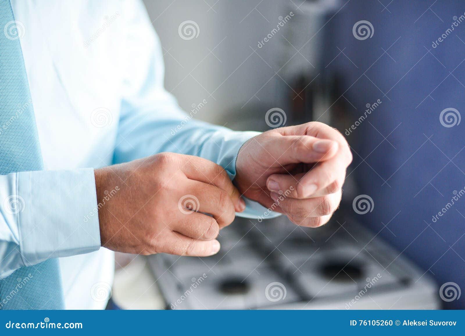 Mężczyzna załatwia jego cufflink w tux