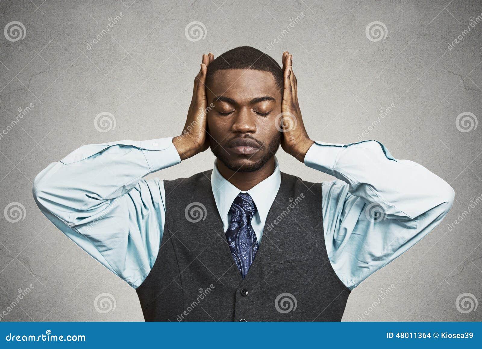 Mężczyzna zakrywa jego ucho, oczy zamykający, słucha, widzii, żadny złego pojęcie