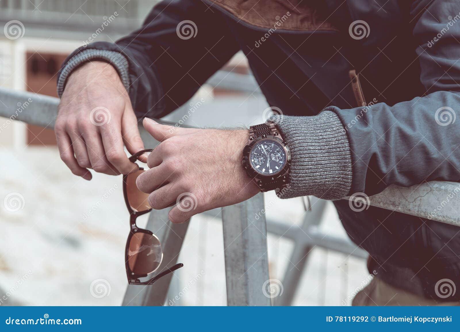 Mężczyzna zegarek na ręce