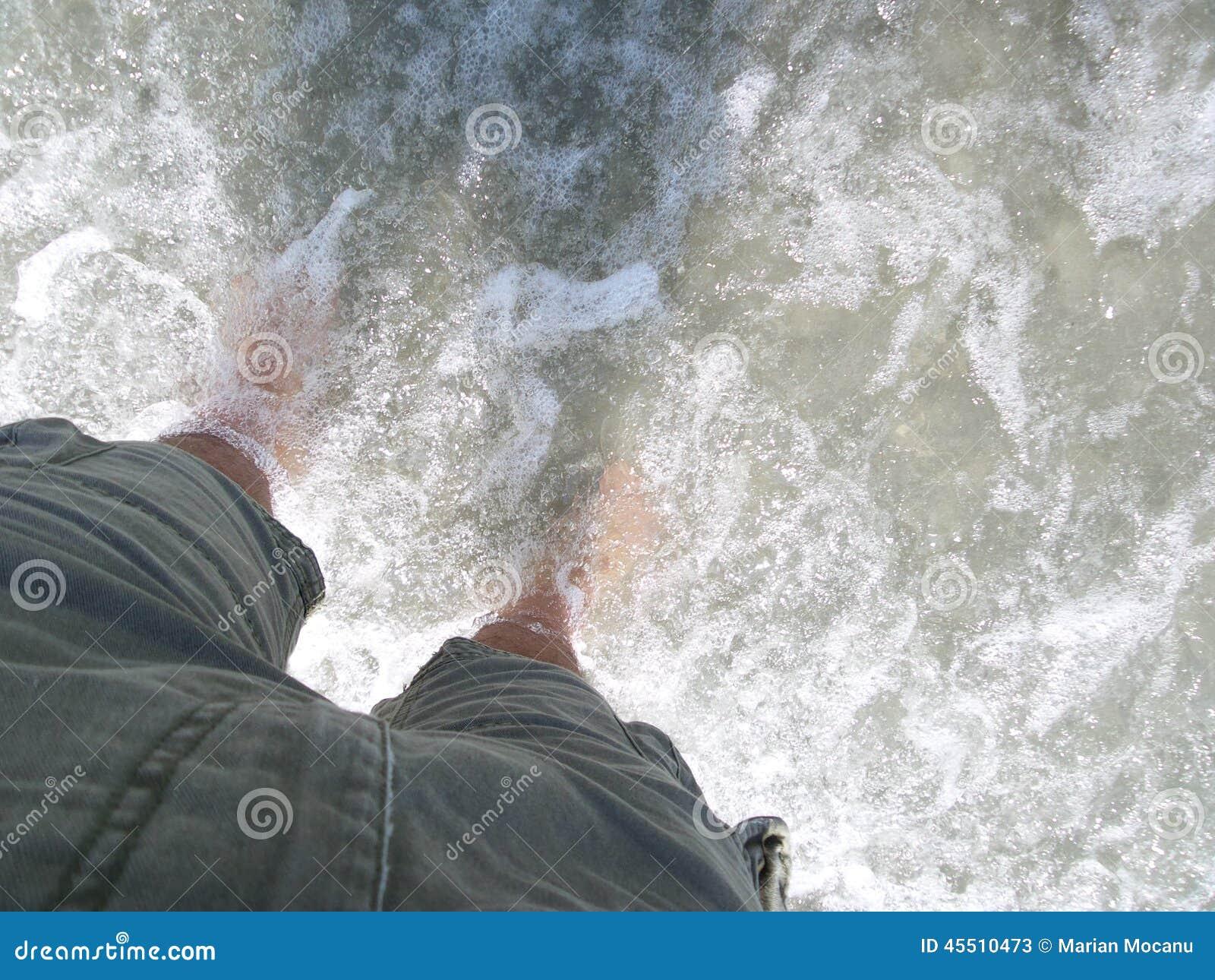 Mężczyzna zostaje w płytkiej wodzie w skrótach