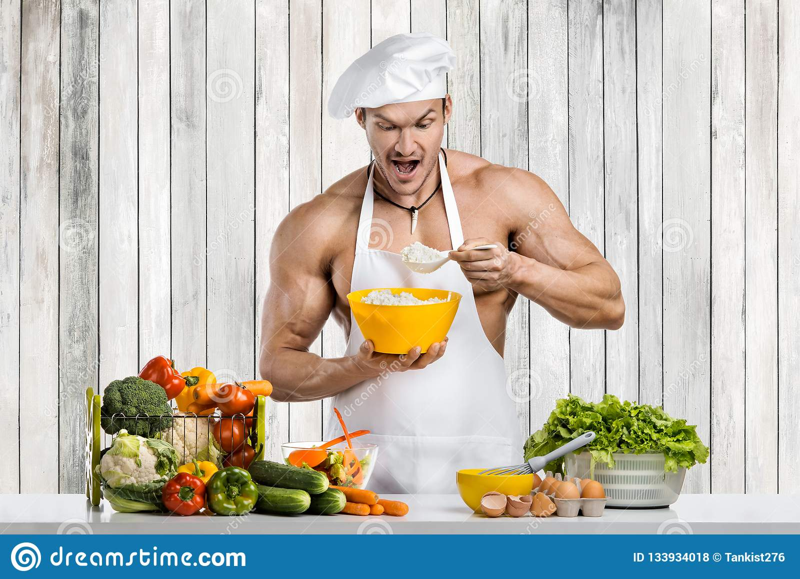 Mężczyzny bodybuilder kucharstwo na kuchni