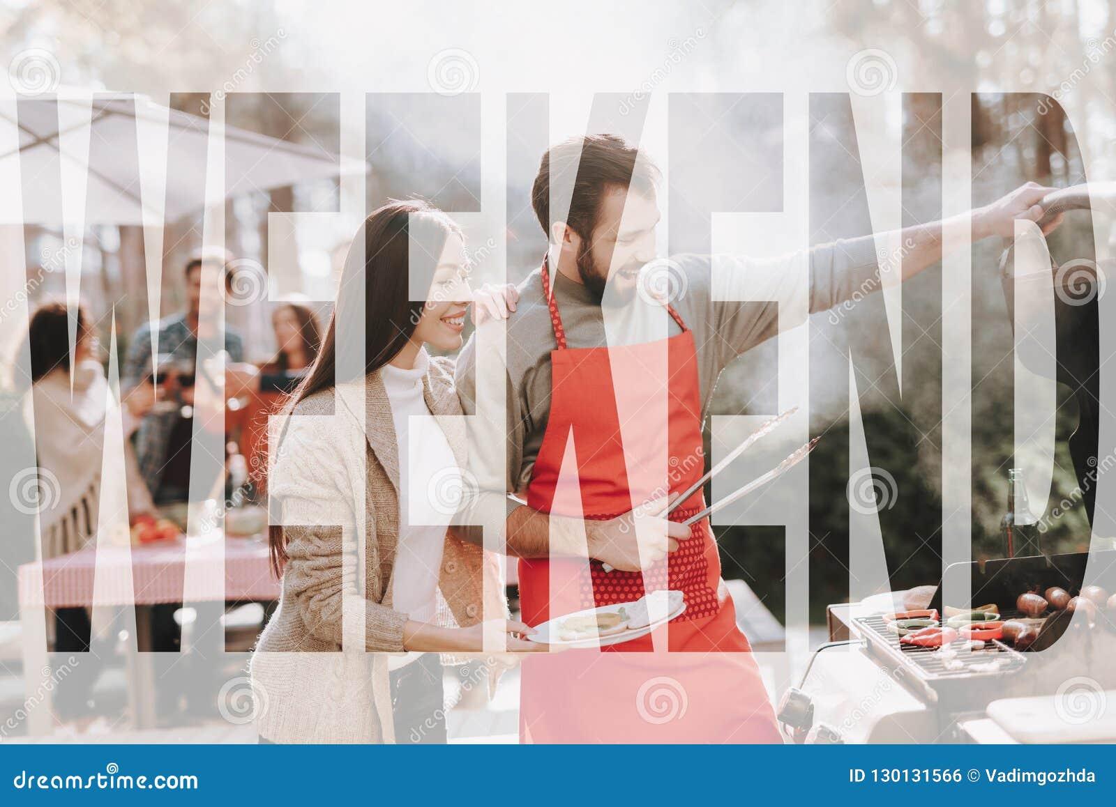 Mężczyzny I kobiety grilla grill Na Weekendowym wakacje