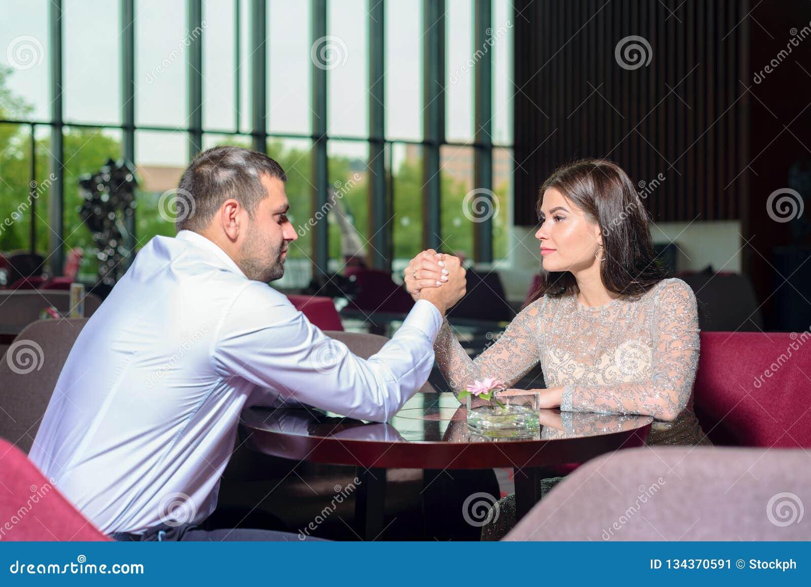 Mężczyzny i kobiety walka na ich rękach