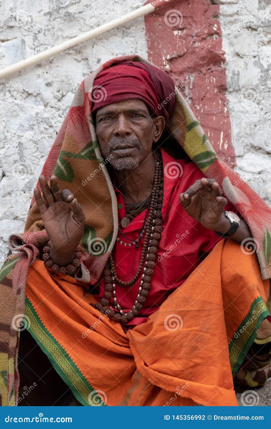 Mężczyzny pozy dla fotografii wzdłuż banków Ganges