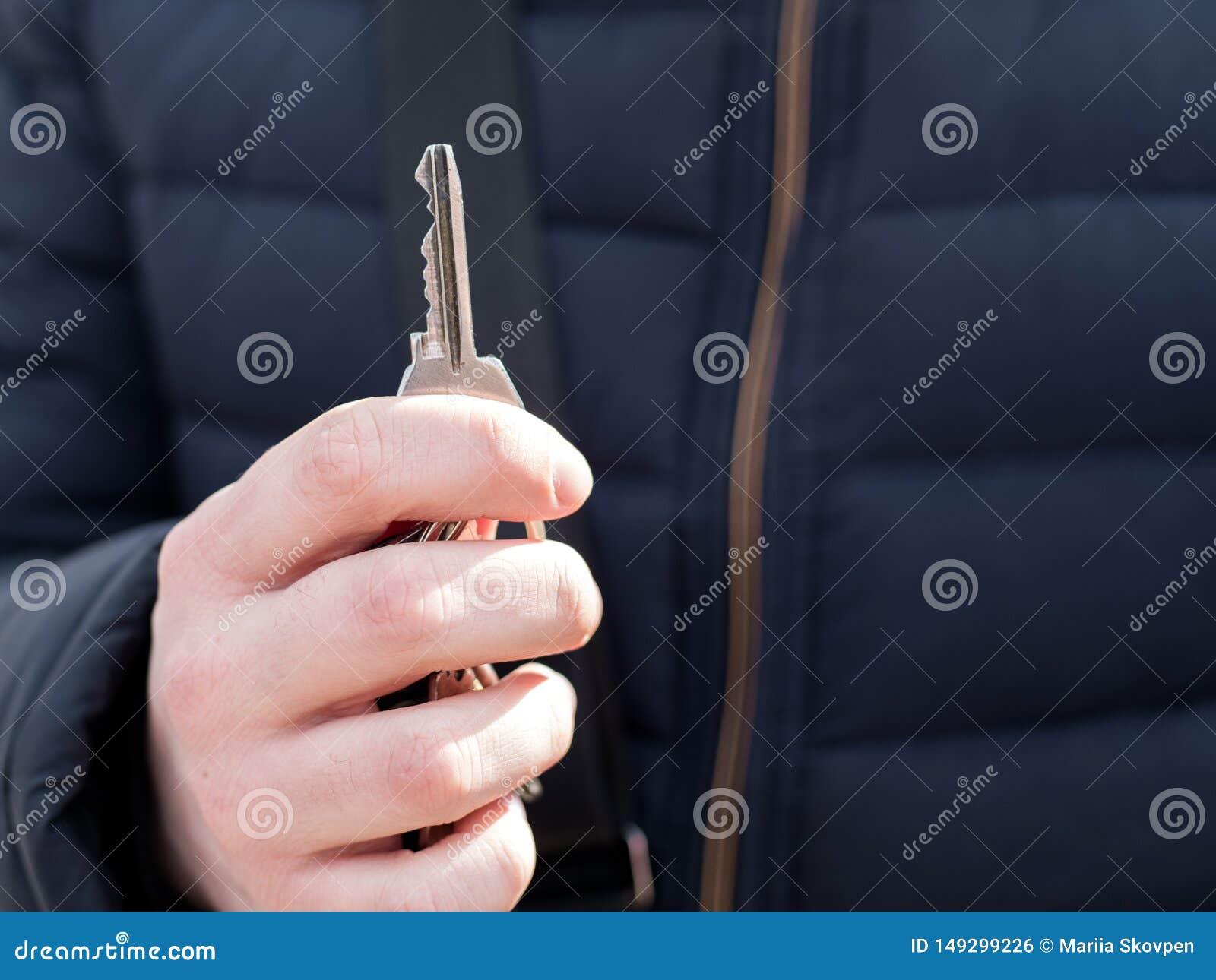 M??czyzny r?ka trzyma klucze 100 rachunk?w poj?cia dolara dom robi? hipotekuje robi?
