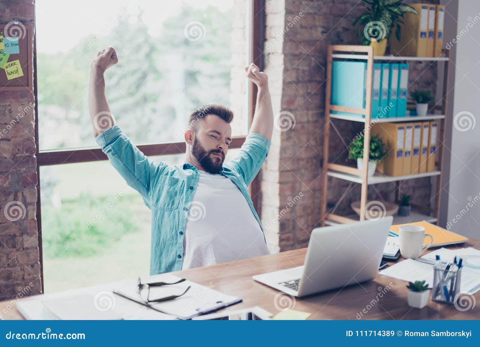 Męczy po praca robić faceta odpoczynkowy przed jego laptopu scre