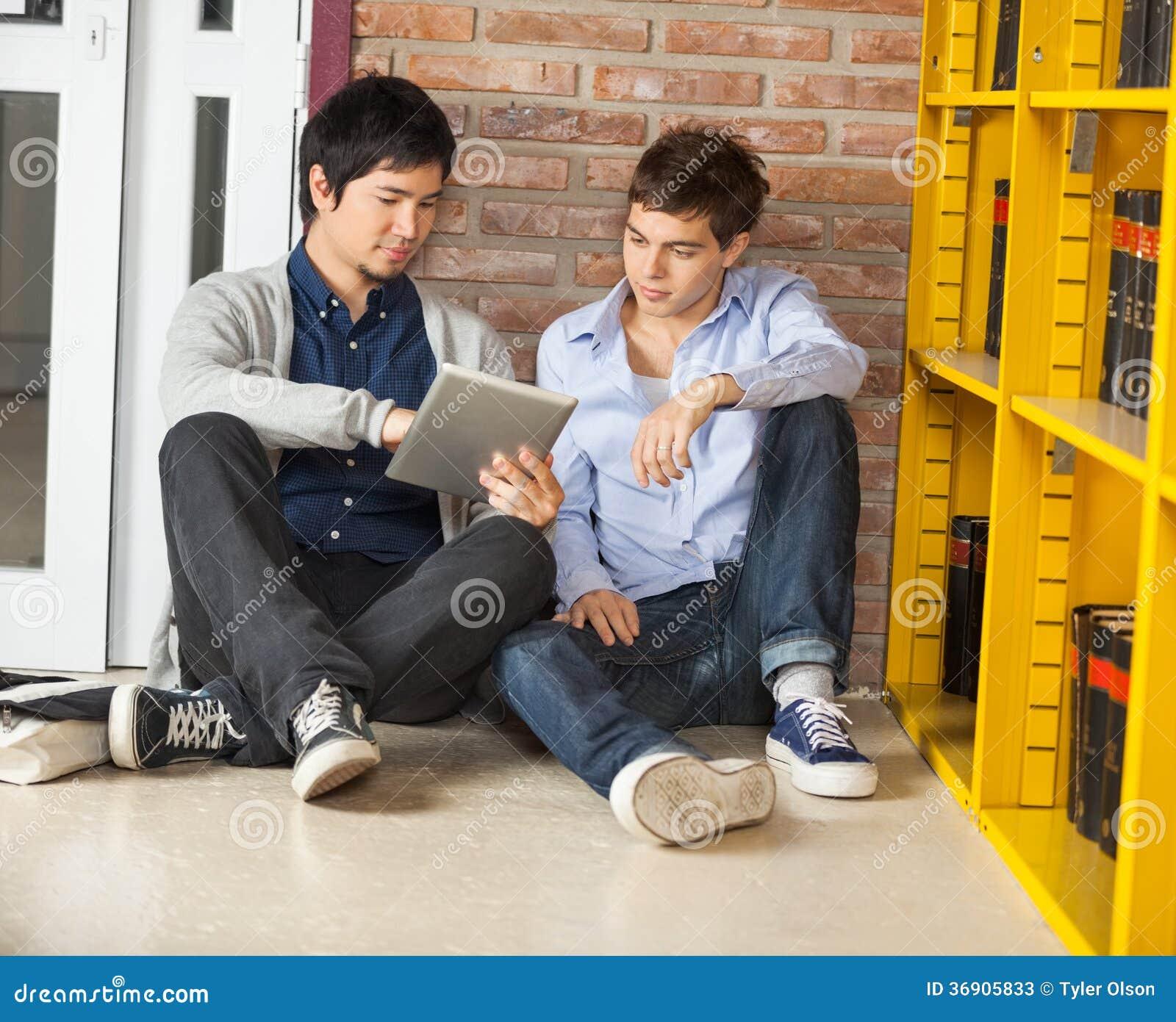 Męscy ucznie Używa Cyfrowej pastylkę Podczas gdy Siedzący