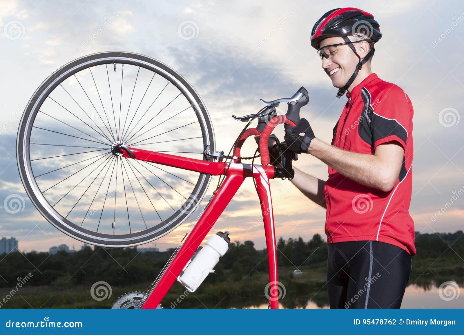 Męska cyklista pozycja Z bicyklem Outdoors Przeciw zmierzchowi