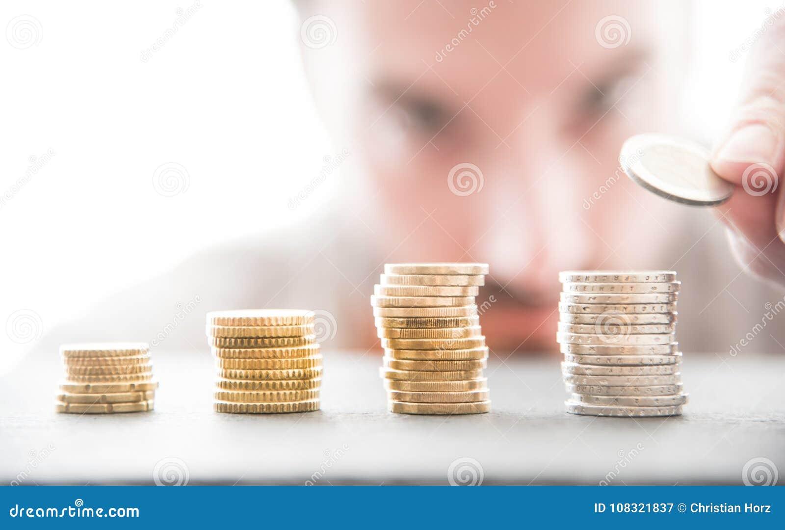 Męska osoba wypiętrza up sterty Euro monety